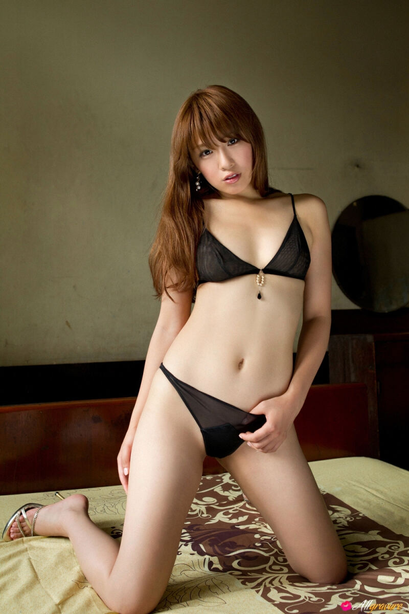 Erotic photos with Chika Tono: Midsummer in black underwear on a bed