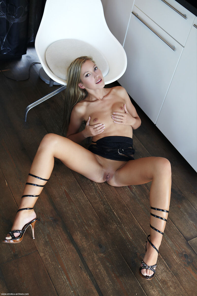 Erotic photos with Samana: Super blonde in black