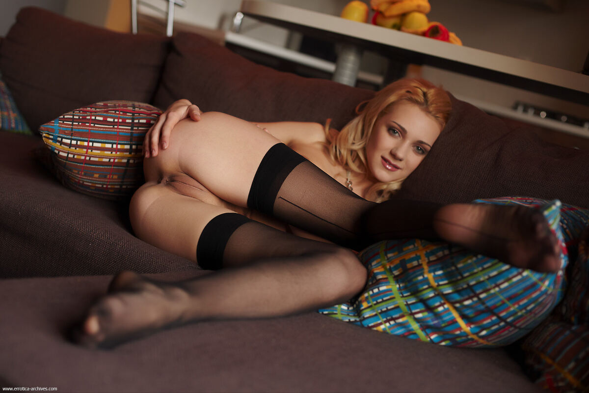 Erotic photos with Oliana: Blonde in stockings