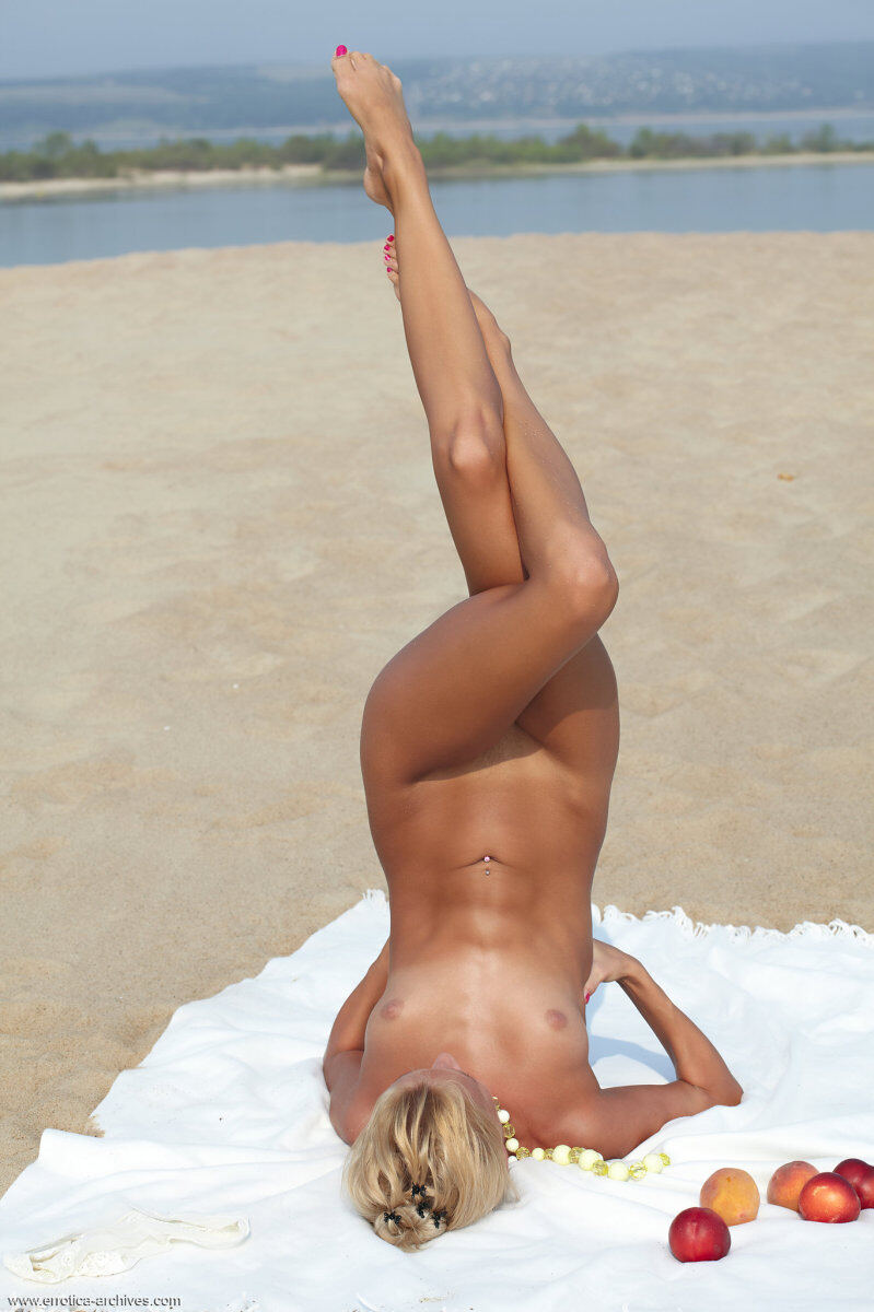 Erotic photos with Afina: Lovely babe on the beach
