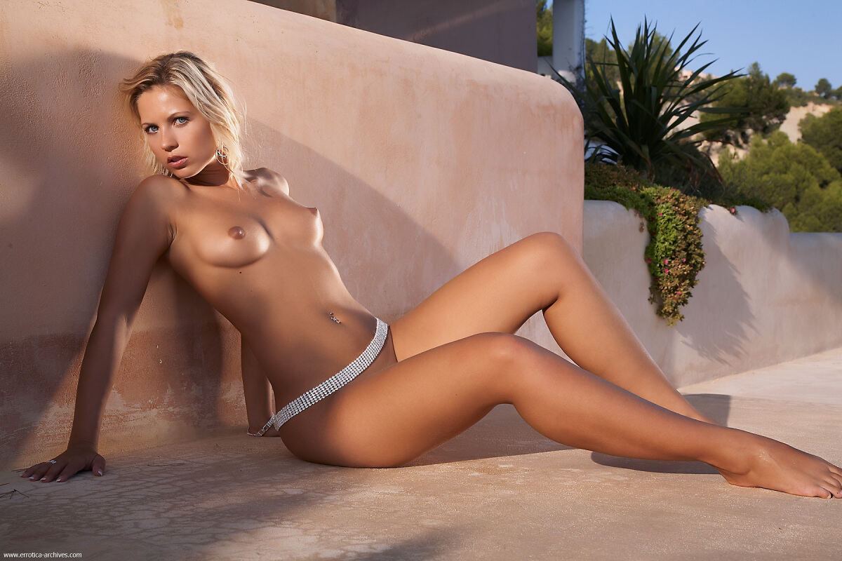 Erotic photos with Jenni: Mouthwatering blonde on the villa