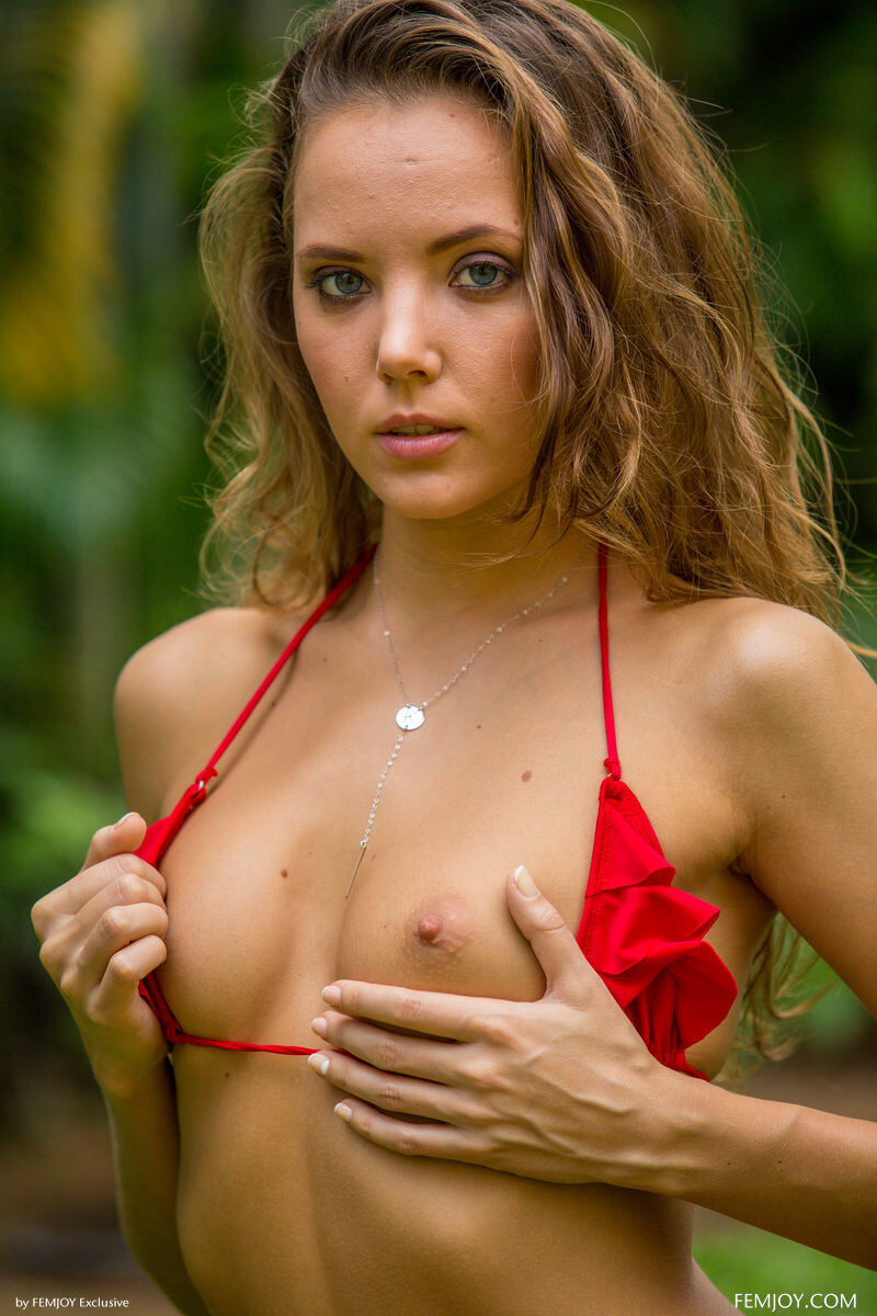 Erotic photos with Clover: Under palms in red bikini