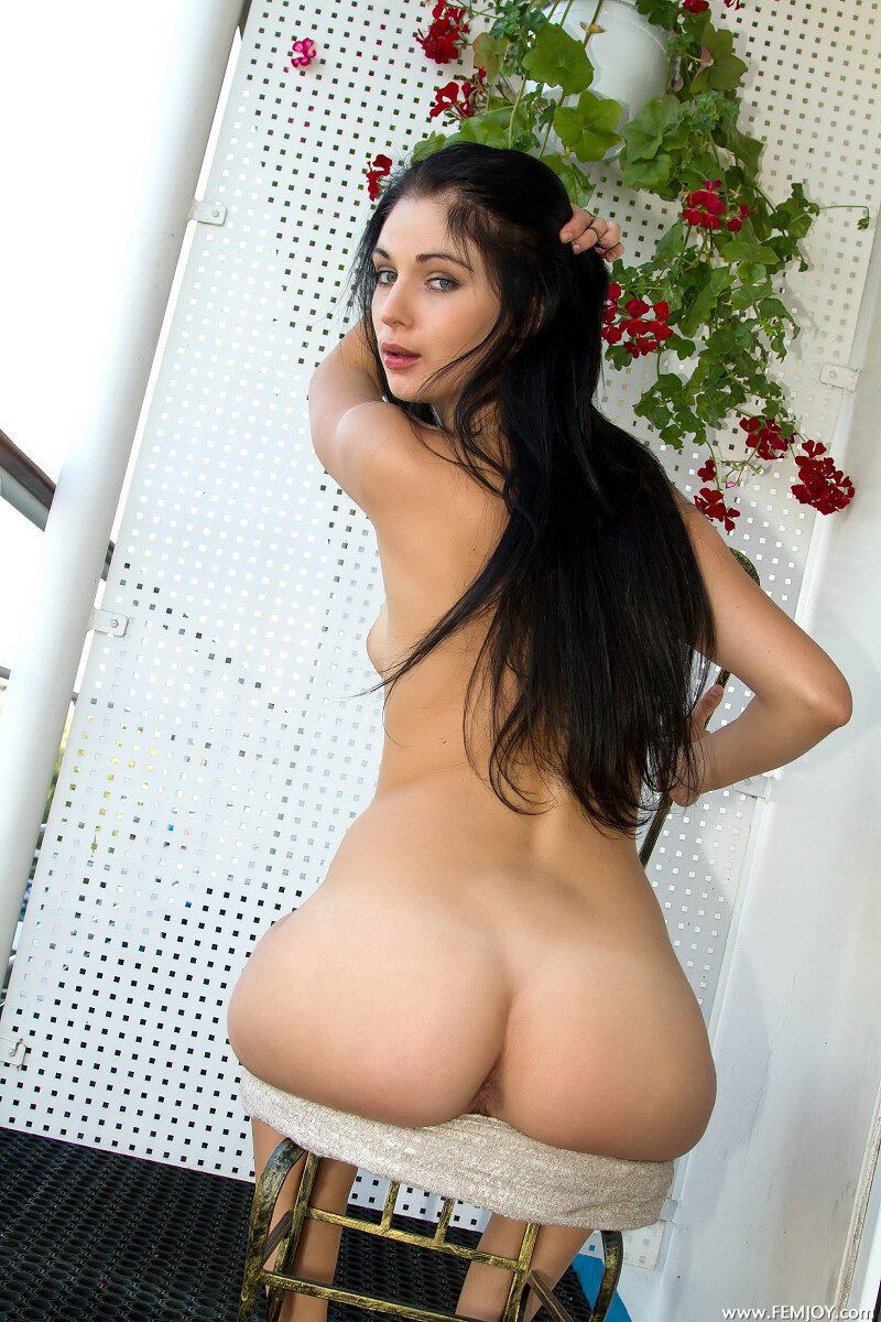 Erotic photos with Lilie P: The brunette on a balcony