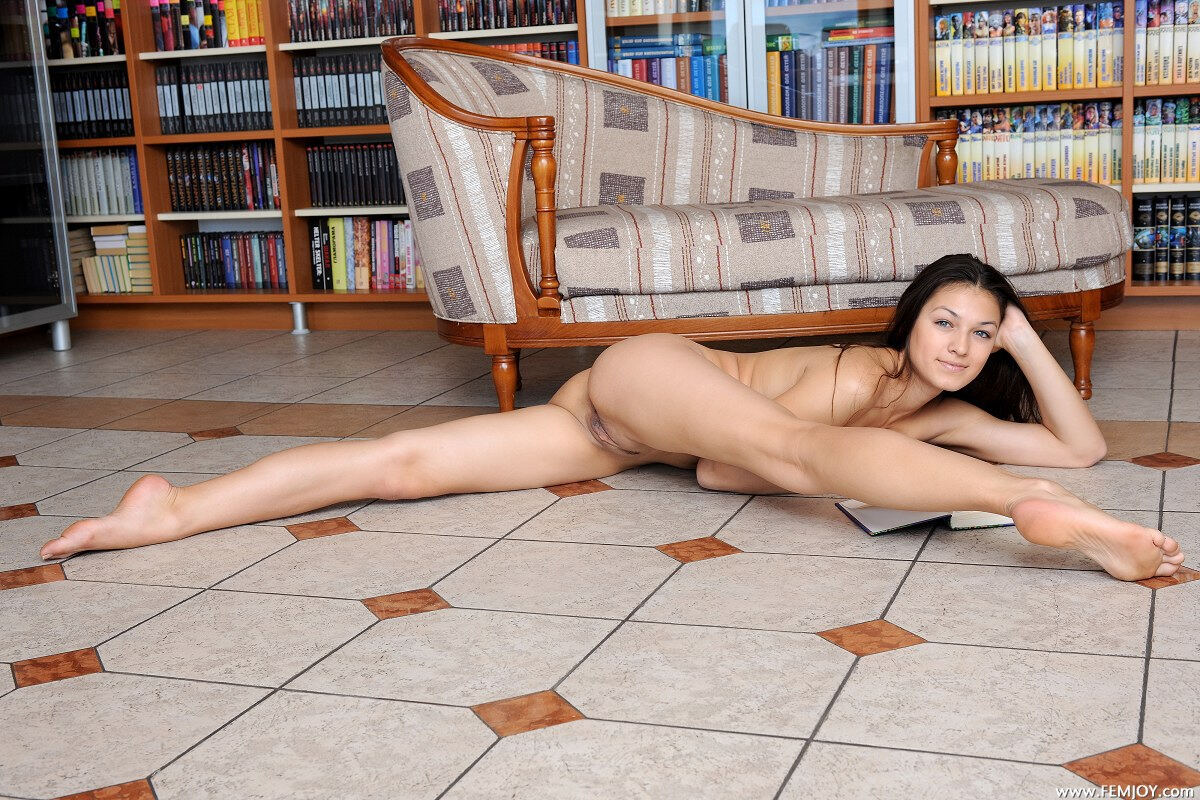 Erotic photos with Sofie: Naked in library