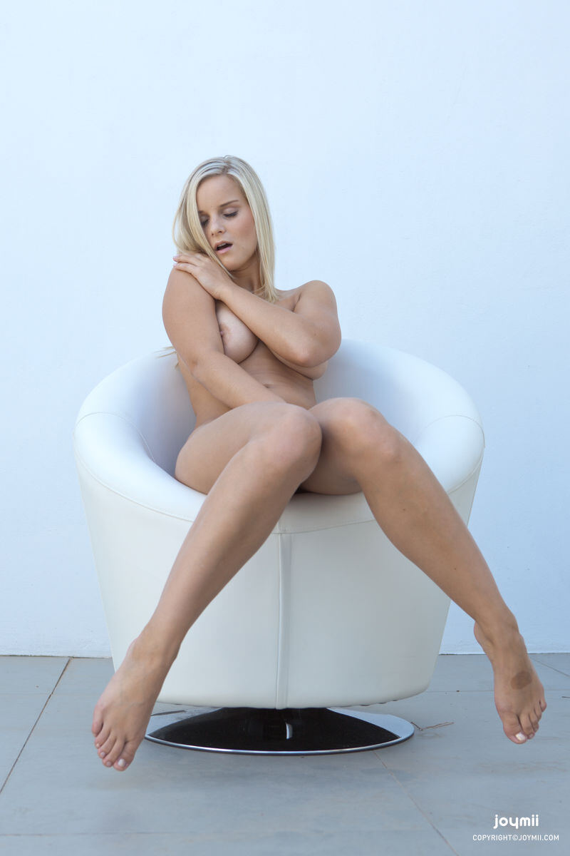 Erotic photos with Miela: Summer Breeze with Blonde