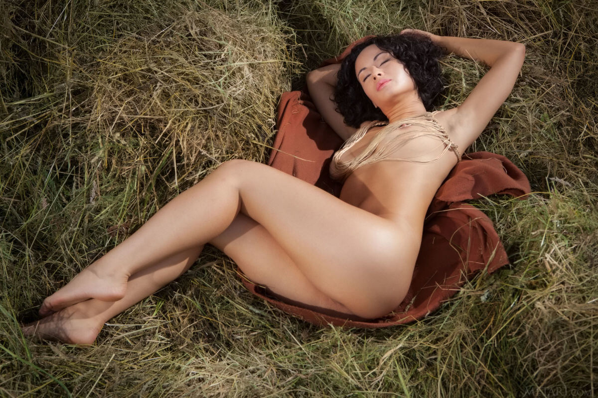 Erotic photos with Pammie Lee: The girl on hay