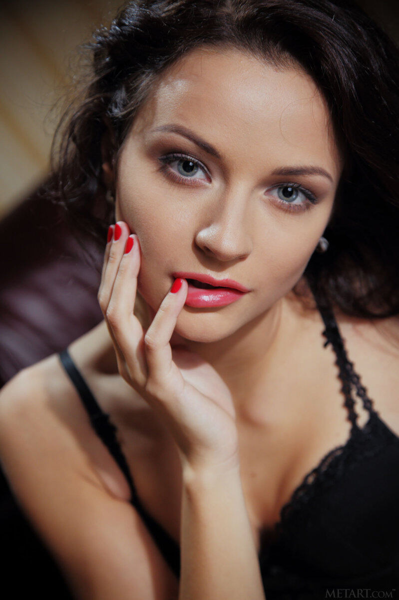 Erotic photos with Ardelia A: Princess in black lingerie