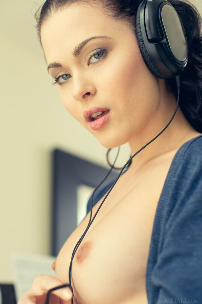 Erotic photos with Amelie B: You want to listen to my music?