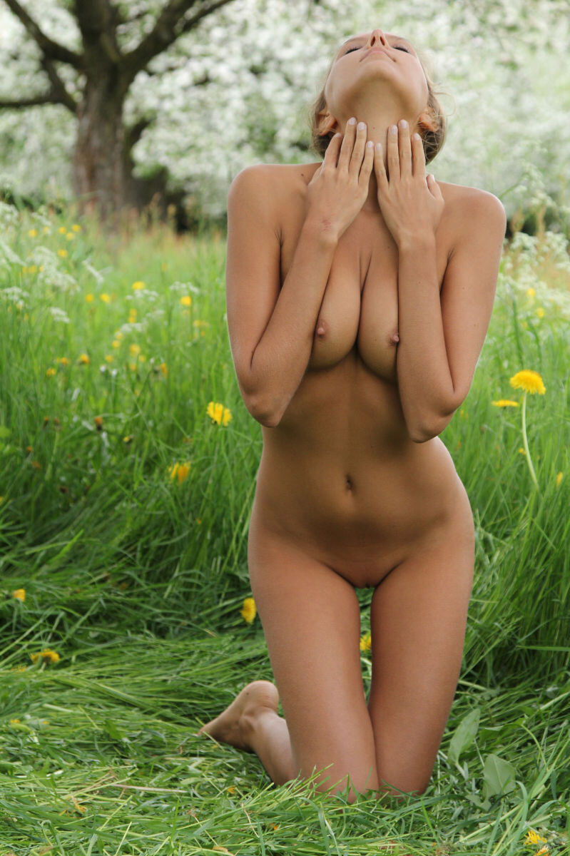 Erotic photos with Mango A: Naughty babe and flowers