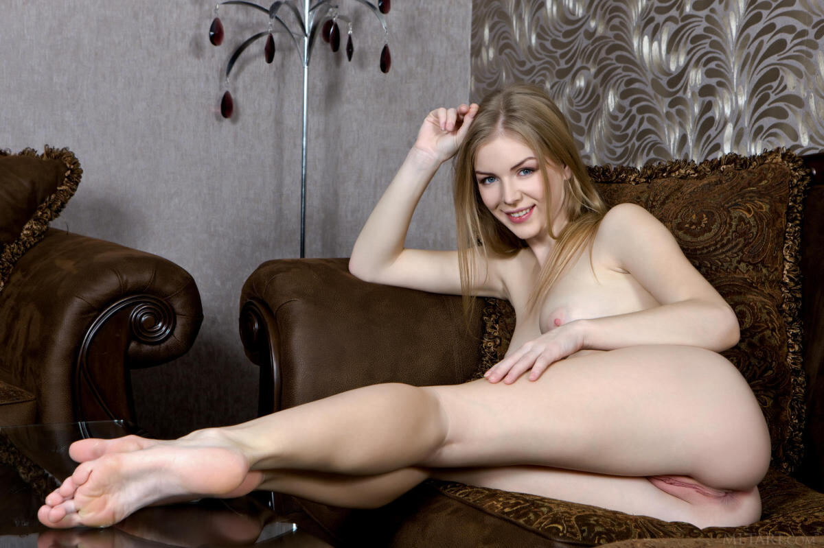Erotic photos with Flavia A: In nightie