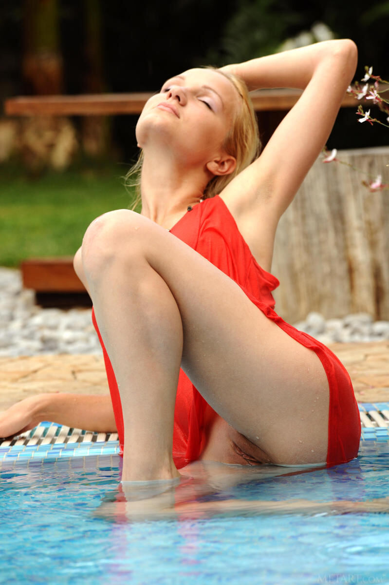 Erotic photos with Orvelia O: Elegant girl in a pool