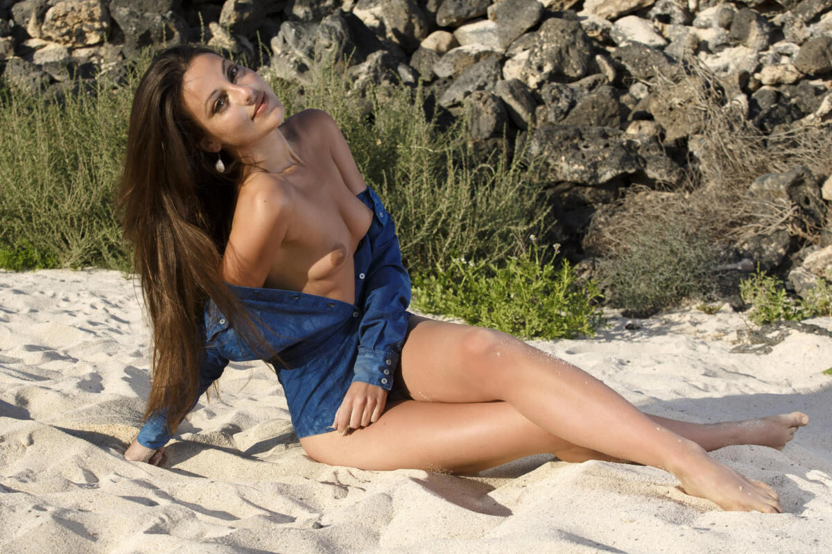 Erotic photos with Lorena B: Babe on the beach