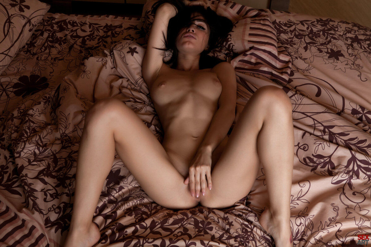 Erotic photos with Helen H: Sexy amateur brunette