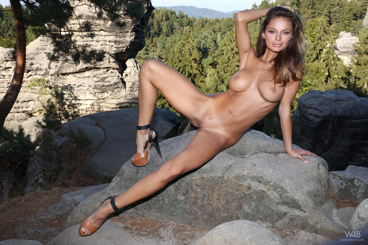 Erotic photos with Dana Harem: Charmingirl in the forest