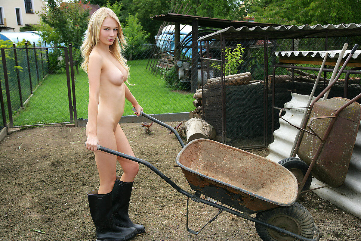 Erotic photos with Whitney: Farmers Wife