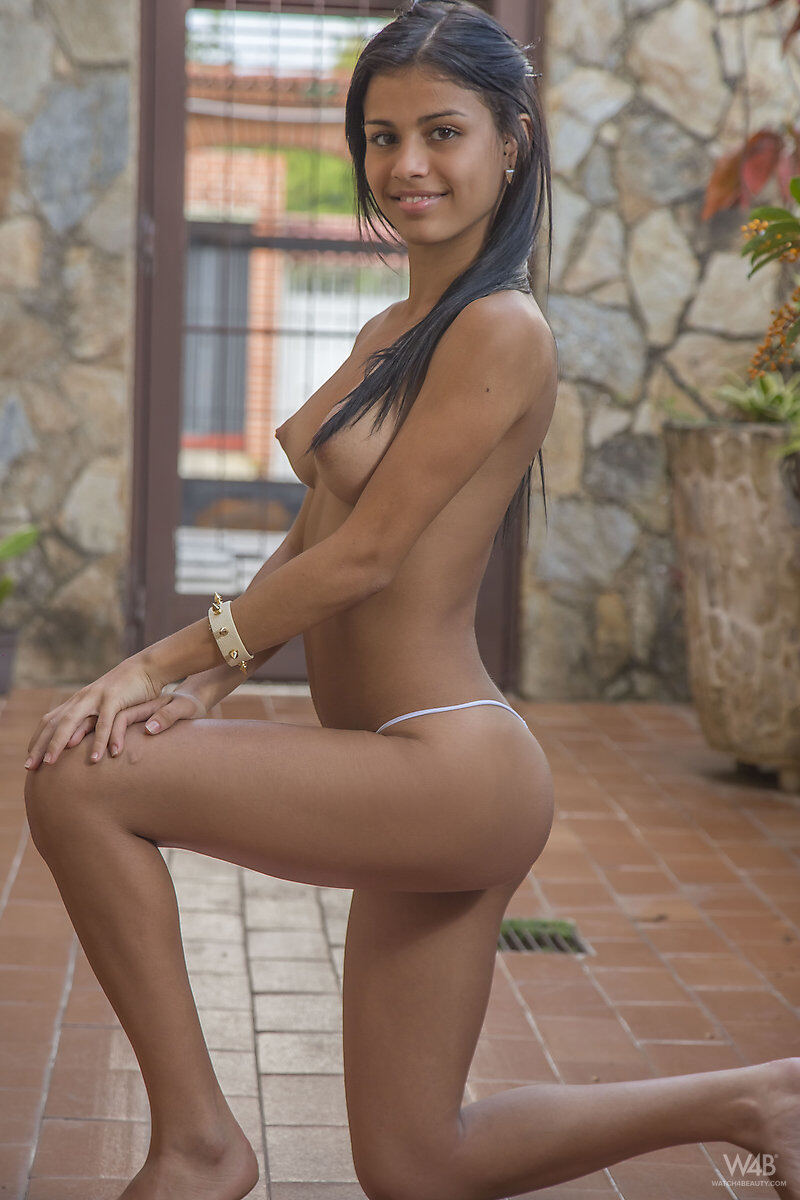 Erotic photos with Denisse Gomez: Smiling Cutie