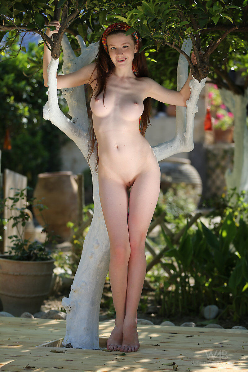 Erotic photos with Emily: White Tree