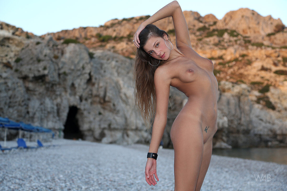 Erotic photos with Maria: Teenage on the beach